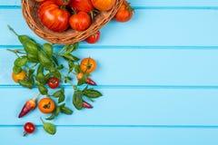 Frische Tomaten und Zucchini Frische Pfeffer, Tomaten, Basilikum auf blauem hölzernem Hintergrund Stockbilder