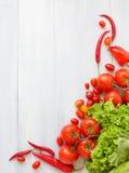 Frische Tomaten und Zucchini Frische Tomaten, Pfeffer und Kopfsalat Stockfotos