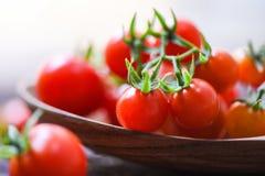 Frische Tomatenkirsche organisch/Abschluss herauf hölzernen Löffelhintergrund der reifen roten Tomaten lizenzfreies stockbild