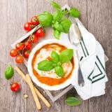 Frische Tomatensuppe mit Basilikum und Creme Stockfotos
