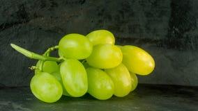 Frische Trauben auf einem Hintergrund Stockbild