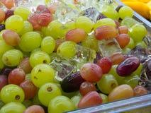 Frische Trauben-Frucht gemischt mit Eis-Würfel lizenzfreie stockfotos