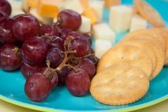 Frische Trauben und Käse mit Crackern Stockfotos