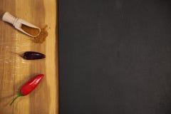 Frische, trockene und Grund-chilipeppers mit Kopienraum auf Schwarzem stockbild