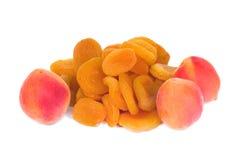 Frische und getrocknete Aprikosen Lizenzfreies Stockfoto