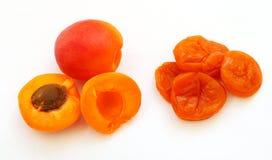 Frische und getrocknete Aprikosen lokalisiert auf weißem Hintergrund Stockfotos