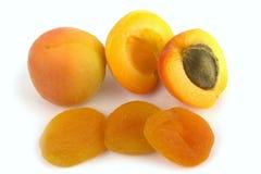 Frische und sonnengetrocknete Aprikosen stockbilder