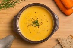 Frische Vegan-Karotte und Kartoffelsuppe Stockbild
