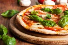 Frische vegetarische Pizza Lizenzfreie Stockbilder