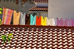 Frische Wäscherei, die an einer Wäscheleine in der Stadt hängt Stockfotografie