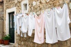 Frische Wäscherei, die an einer Wäscheleine hängt stockfotografie