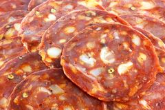 Frische würzige spanische Chorizo (Wurst) - Salami/ Lizenzfreie Stockfotografie