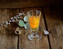 Frische Wachteleier in einem Glas, in einem Salz und in Zweigen der Weide auf einem hölzernen Hintergrund Stockbilder