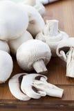 Frische weiße Pilze Lizenzfreie Stockfotos