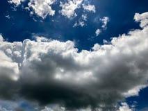Frische Wolke mit blauem Himmel Stockfotografie