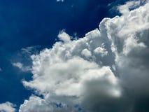 Frische Wolke mit blauem Himmel Lizenzfreies Stockfoto