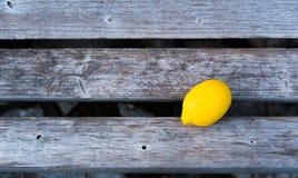 Frische Zitrone auf Holzbank Lizenzfreie Stockbilder