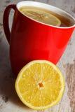 Frische Zitrone und Schale heißer Tee auf Holztisch, gesunde Nahrung Stockfoto
