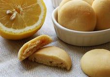 Frische Zitrone und sortierte weiße Zitronenplätzchen ganz und geschnitten Lizenzfreie Stockfotos