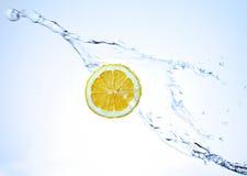 Frische Zitrone Unterwasser Stockfotos