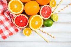 Frische Zitrusfrüchte auf einem braunen Holztisch Stockbilder
