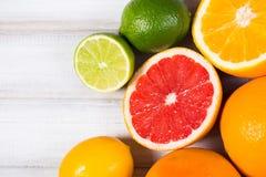 Frische Zitrusfrüchte auf einem braunen Holztisch Stockfoto