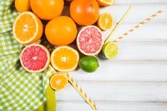 Frische Zitrusfrüchte auf einem braunen Holztisch Lizenzfreie Stockfotografie