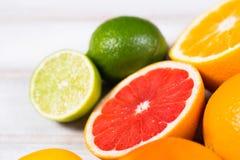 Frische Zitrusfrüchte auf einem braunen Holztisch Lizenzfreies Stockfoto