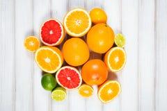 Frische Zitrusfrüchte auf einem braunen Holztisch Stockfotos