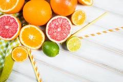 Frische Zitrusfrüchte auf einem braunen Holztisch Stockfotografie
