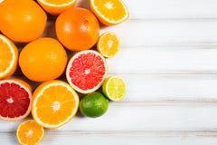 Frische Zitrusfrüchte auf einem braunen Holztisch Stockbild