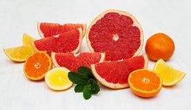 Frische Zitrusfrüchte mit grüner Minze Stockfotos