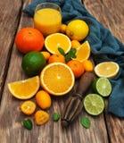 Frische Zitrusfrüchte und alter Juicer stockbild