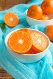 Frische Zitrusfruchttangerinen, Orangennahaufnahme in der rustikalen Art Lizenzfreies Stockfoto