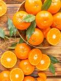 Frische Zitrusfruchttangerinen, Orangennahaufnahme in der rustikalen Art Lizenzfreie Stockfotos