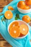 Frische Zitrusfruchttangerinen, Orangennahaufnahme in der rustikalen Art Stockfotografie