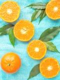Frische Zitrusfruchttangerinen, Orangennahaufnahme in der rustikalen Art Stockbilder