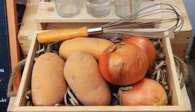 Frische Zwiebel und Jamswurzel Stockfotografie