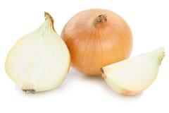 Frische Zwiebelzwiebeln schneiden das Scheibengemüse, das auf Weiß lokalisiert wird Stockfoto