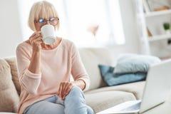 Frischen Kaffee zu Hause genießen stockfotografie
