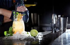 Frischer Alkoholiker Malibu und Ananassaftcocktail auf Barzähler stockbilder