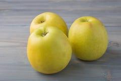Frischer Apfel auf grauem Hintergrund Stockbilder