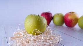 Frischer Apfel, gesundes Nahrungskonzept Gesunde gute Idee des Snacks der Frucht immer Roter Apfel und Grünapfel lizenzfreie stockfotografie