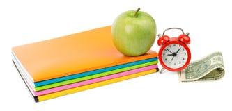 Frischer Apfel mit Notizbüchern und Bargeld Lizenzfreie Stockfotografie