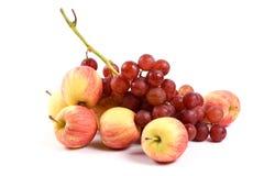 Frischer Apfel und Traube auf Weiß stockbild