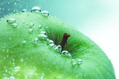 Frischer Apfel und Wasser Stockbild