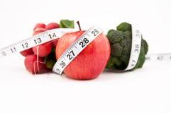 Frischer Apfelrettichbrokkoli auf weißem Hintergrund Lizenzfreie Stockfotos