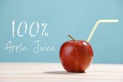frischer 100 Apfelsaft mit einem Stroh Lizenzfreie Stockfotos