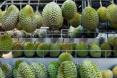 Frischer asiatischer Durian auf Anzeige an einem Verkäuferstraßenstall lizenzfreies stockfoto