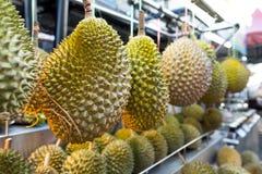 Frischer asiatischer Durian auf Anzeige an einem Verkäuferstraßenstall lizenzfreies stockbild